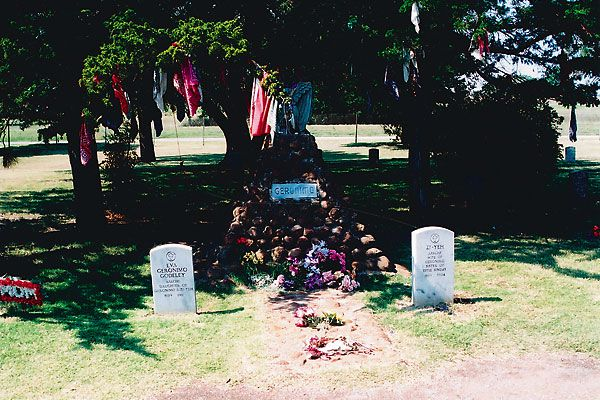 Geronimo descendants are on opposing sides of where the famed medicine man's body should rest.