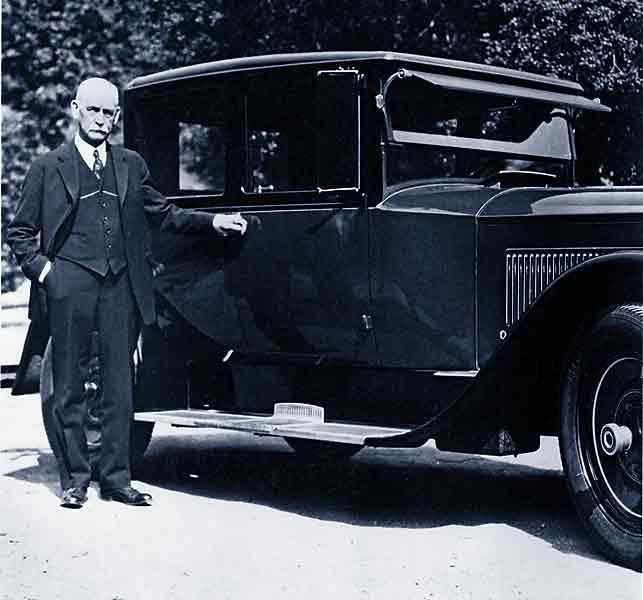 wyatt-earp-beside-car