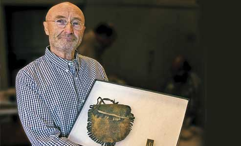 Rock-star-Phil-Collins-donating-Alamo-artifacts